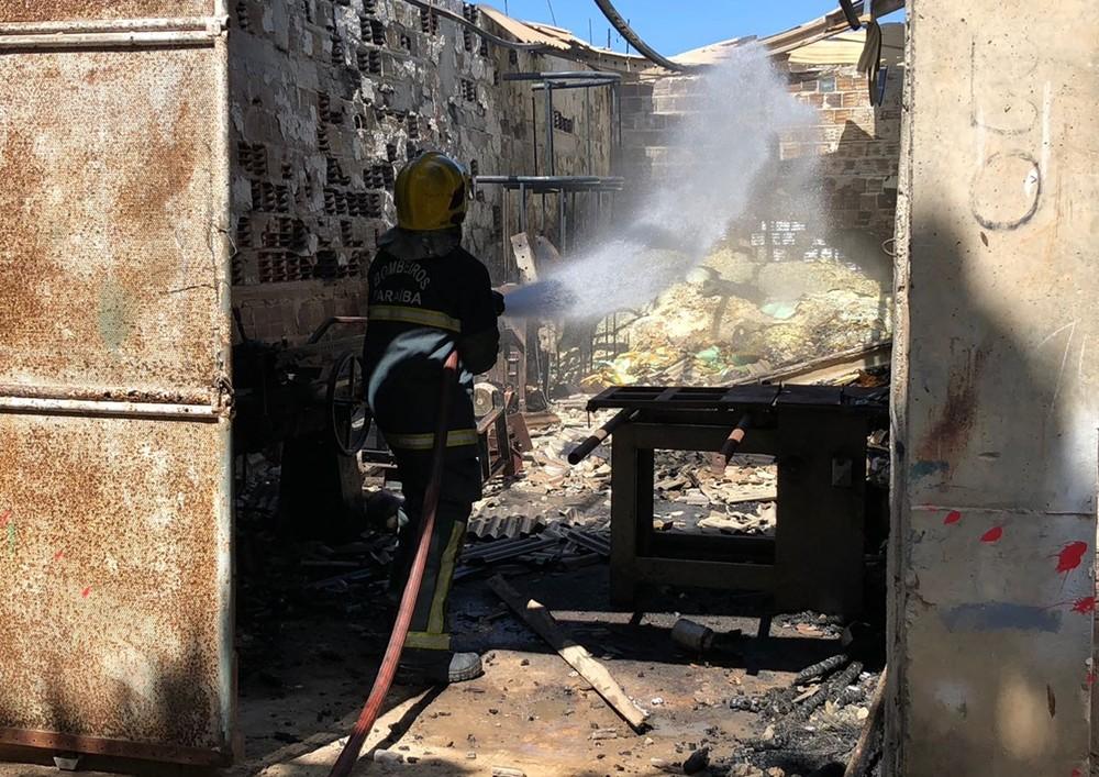 Incêndio atinge galpão com materiais inflamáveis, em João Pessoa