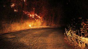 Fogo atinge vegetação nativa da Serra do Estevão em Quixadá, no Ceará
