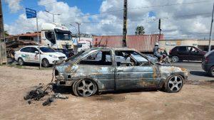 Veículo é destruído após pegar fogo na Avenida Perimetral