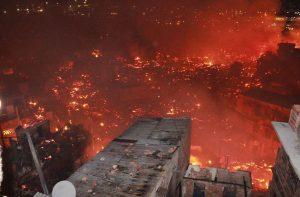 Incêndio de grandes proporções atinge casas na Zona Sul de Manaus