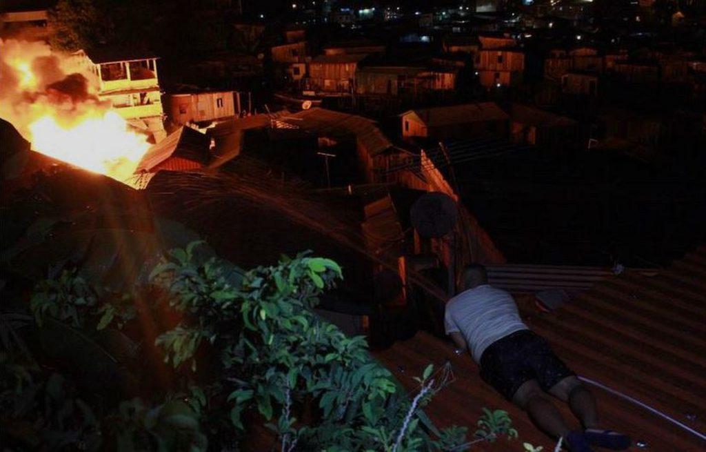 Morador observa casas atingidas pelo fogo — Foto: Rickardo Marques/G1 AM