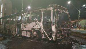 Ônibus é incendiado no bairro Jangurussu, em Fortaleza