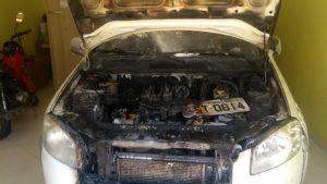 Homem incendeia carro após discussão e é atingido pelas chamas