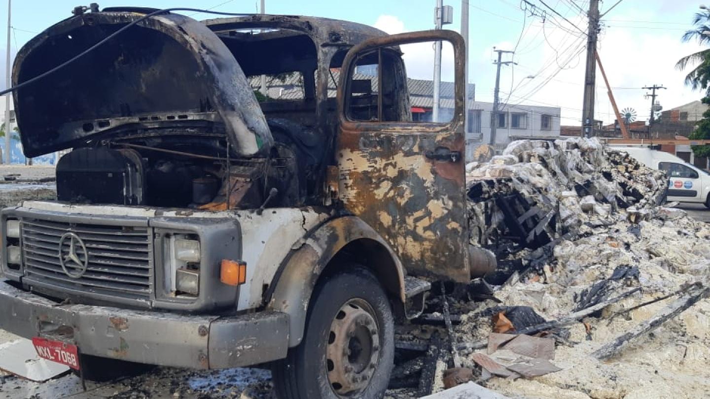 Após 6 dias sem ataques, criminosos incendeiam caminhão no Álvaro Weyne