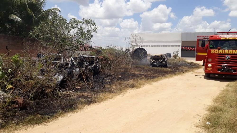 Incêndio em vegetação ao lado da Casa de Custódia de Arapiraca foi controlado pelo Corpo de Bombeiros — Foto: Ascom/Corpo de Bombeiros