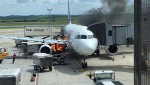 Fogo atinge área próxima a avião da Latam no aeroporto de Confins (MG)