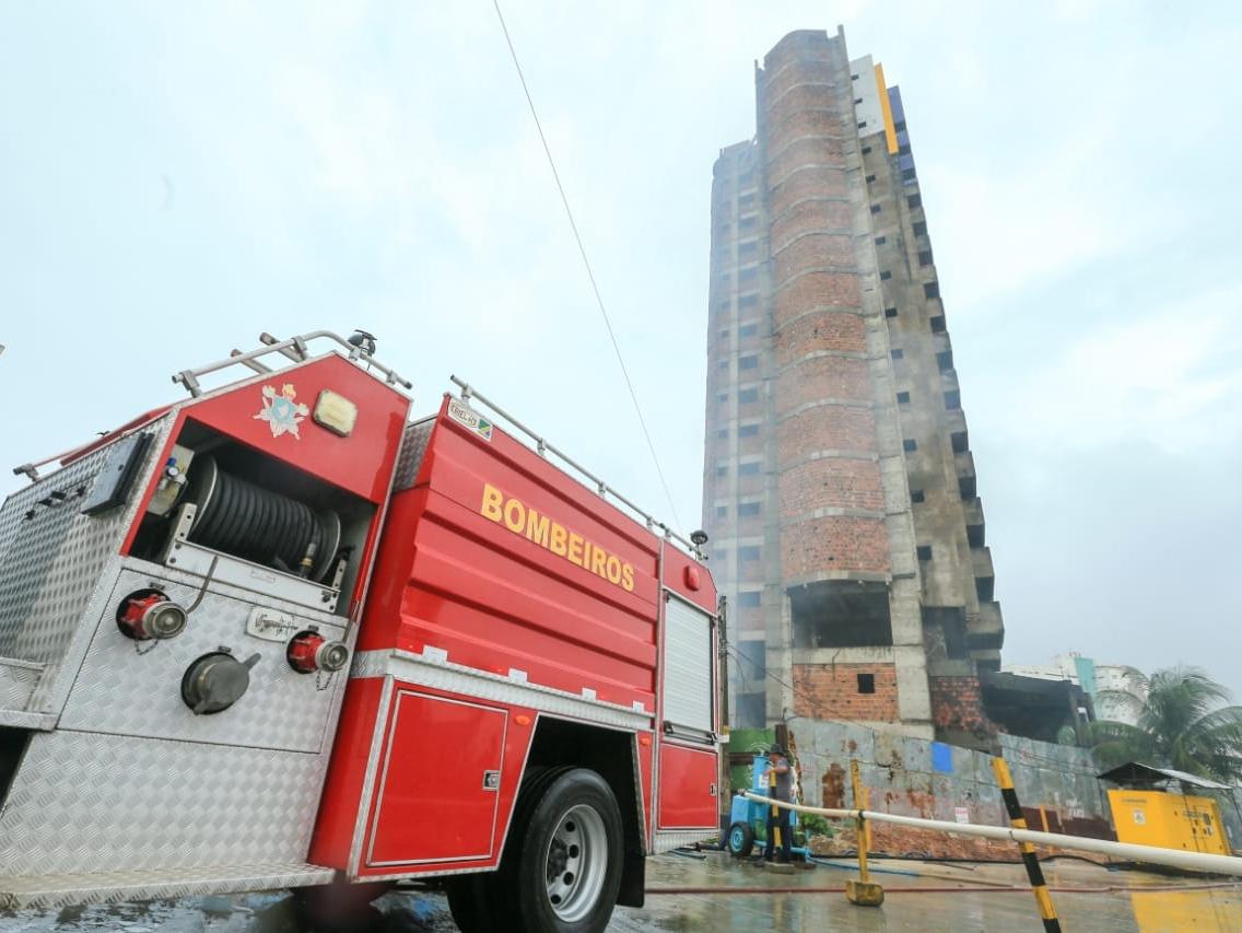 Incêndio atinge prédio abandonado de 17 andares próximo à Via Expressa