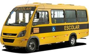 Veículo de transporte escolar pega fogo após pane, em Independência.