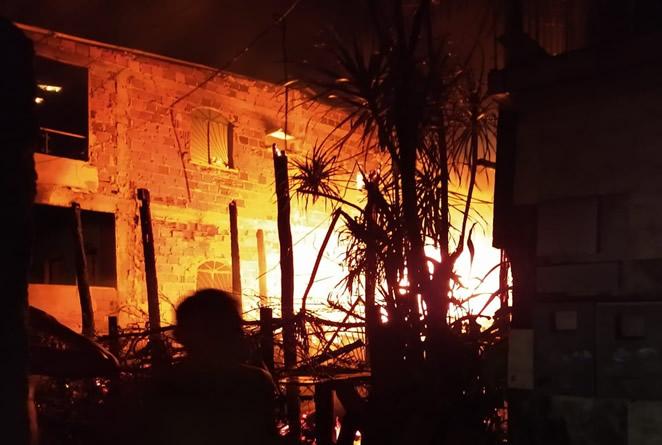 Incêndio destrói três casas na Zona Sul de Manaus