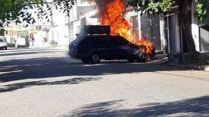 Bombeiros são acionados para combater incêndio em carros na região