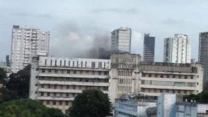 Incêndio atinge hospital universitário da Bahia, e pacientes são retirados às pressas