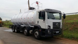 Caminhão-tanque carregado de combustível tomba na CE-176 e motorista morre carbonizado