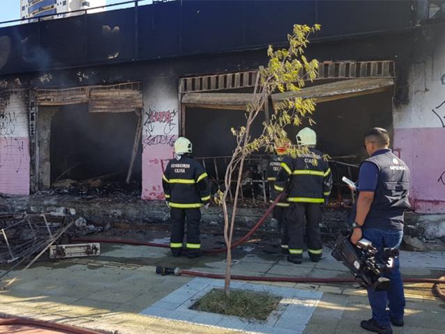 Loja que faz serviços de capotaria pega fogo no Bairro de Fátima, em Fortaleza