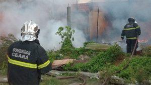 Incêndio em barracos de madeira deixa uma mulher ferida na comunidade do Lagamar