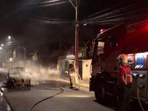 Carro incendeia após pane elétrica em área residencial do Bairro Montese, em Fortaleza