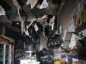 Incêndio atinge mercadinho e faz parte do teto desabar, no Centro de Fortaleza