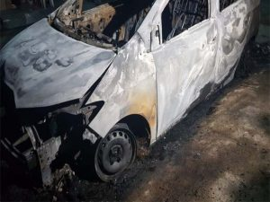 Veículo é incendiado em frente à residência no Demócrito Rocha