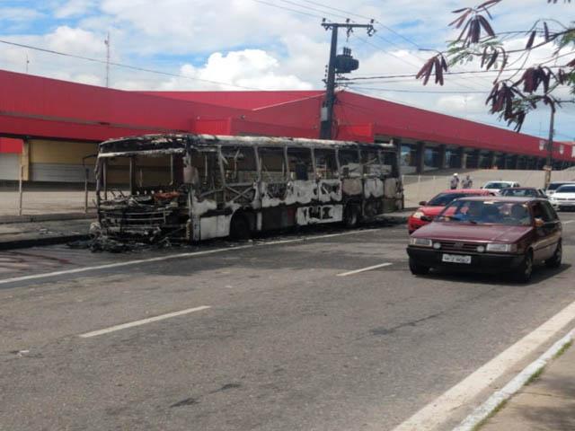 Após pane elétrica, ônibus pega fogo no bairro Henrique Jorge, em Fortaleza