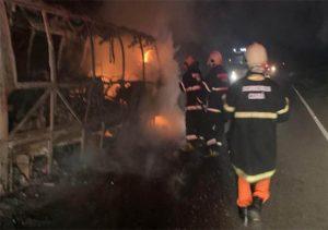 Acidente mata motociclista e causa incêndio em van, na BR-122, em Quixadá