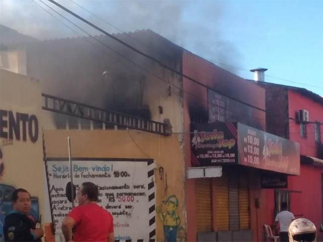 Loja de roupas em Caucaia pega fogo após pane em ventilador