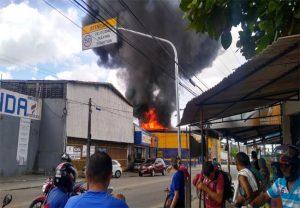 Galpão de loja de ferragens é tomado por incêndio no bairro Bonsucesso, em Fortaleza