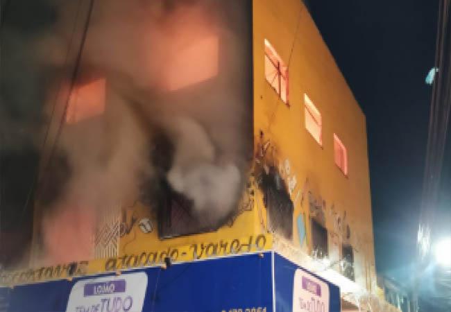 Prédio corre risco de desabar após incêndio em comércio no Planalto Ayrton Senna, dizem bombeiros