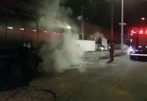 Carga de piche atinge pneu de carreta e causa princípio de incêndio na CE-040 em Fortaleza