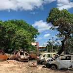 Carros estacionados ao lado de delegacia são incendiados no Conjunto Ceará