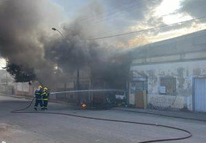 Corpo de Bombeiros registra incêndio em galpão de sucata em Divinópolis