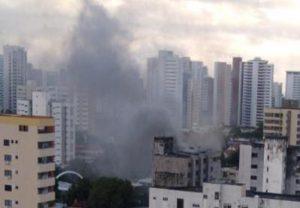 Incêndio atinge prédio comercial na Avenida Santos Dumont na Aldeota