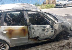 Homens ateiam fogo em carro apreendido parado próximo ao 13º DP no Bairro Cidade dos Funcionários