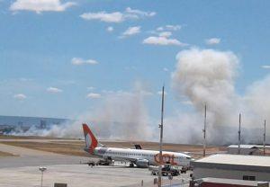 Fogo atinge vegetação dentro de terreno do Aeroporto de Juazeiro do Norte