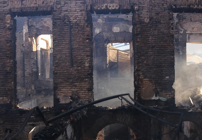 Casarão dos Fabricantes amanhece com estrutura interna destruída após incêndio