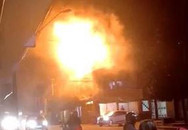 Incêndio em chaminé de churrascaria no Pirambu gera 'bola de fogo' e é apagado por clientes
