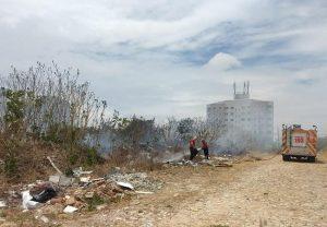 Incêndio toma terreno baldio próximo a prédio e residências no bairro Dunas, em Fortaleza