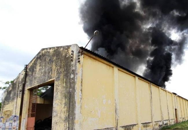 Incêndio atinge antiga oficina da Rede Ferroviária Federal em Iguatu; veja vídeo