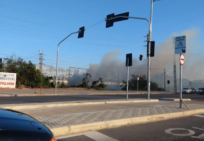 Fogo atinge terreno em frente a subestação a Chesf no bairro Dias Macedo