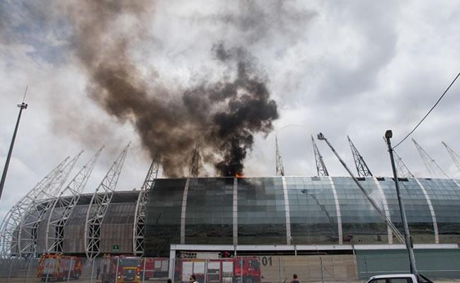 Imagens de drone auxiliaram na contenção de incêndio na Arena Castelão; veja como o teto ficou