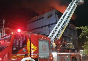 Incêndio atinge loja de tecidos e malhas no bairro Antônio Bezerra